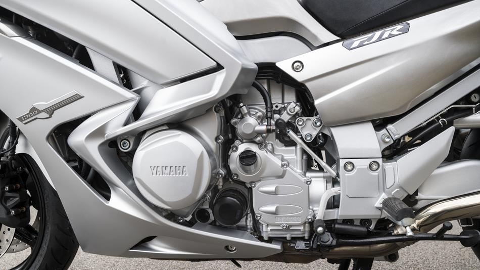 2016-Yamaha-FJR1300AS-EU-Matt-Silver-Detail-002-osob