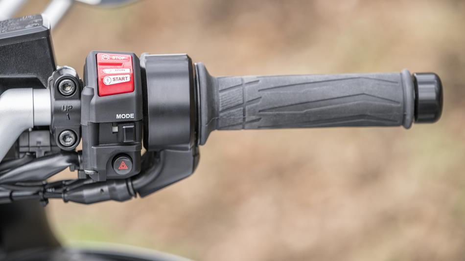 2016-Yamaha-FJR1300AS-EU-Matt-Silver-Detail-005-osob