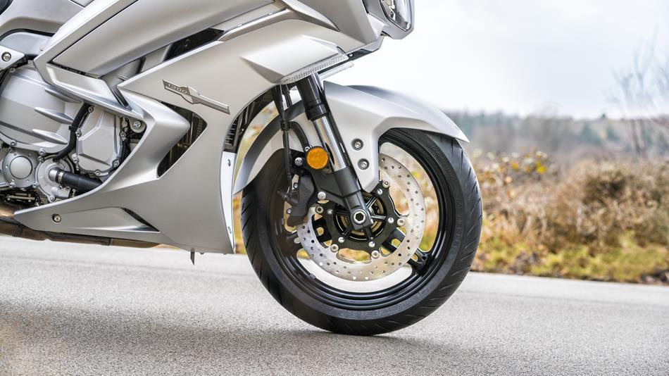 2016-Yamaha-FJR1300AS-EU-Matt-Silver-Detail-006-osob