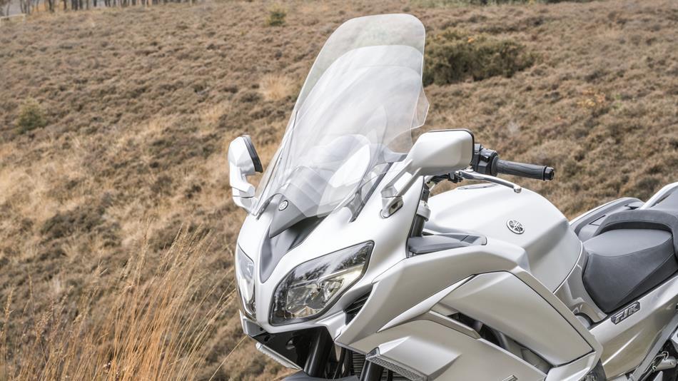 2016-Yamaha-FJR1300AS-EU-Matt-Silver-Detail-007-osob