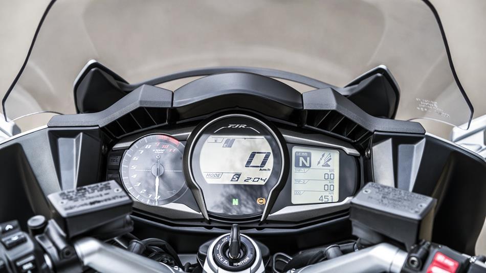 2016-Yamaha-FJR1300AS-EU-Matt-Silver-Detail-008-osob