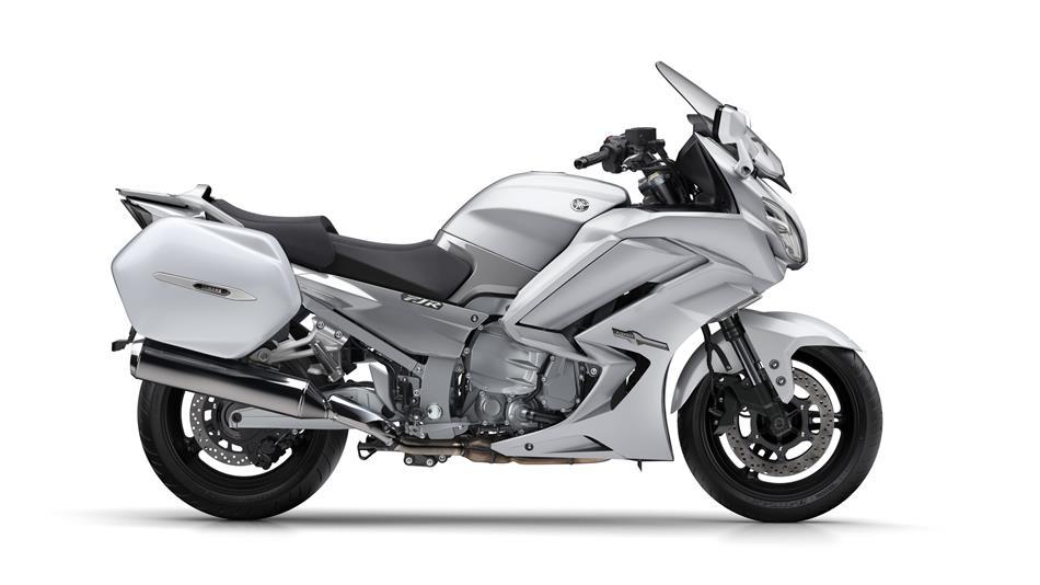 2016-Yamaha-FJR1300AS-EU-Matt-Silver-Studio-002-osob